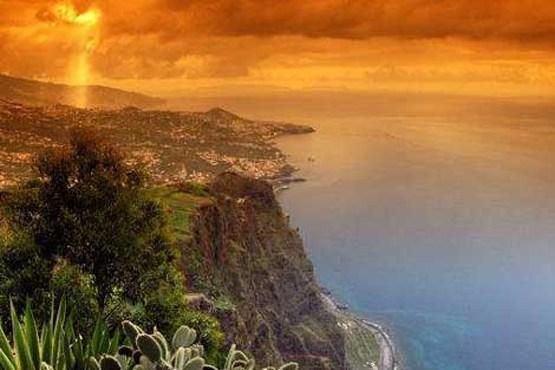 چشم انداز ساحلی صخره ای و آب های اقیانوس اطلس