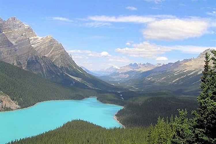چشم انداز بدیع دریاچه پیتو در کانادا.