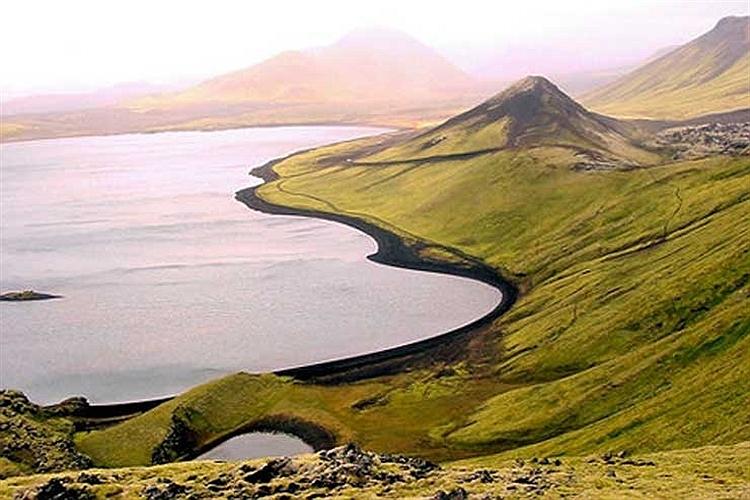 چشم انداز دریاچه آتش فشانی الا در ایسلند.