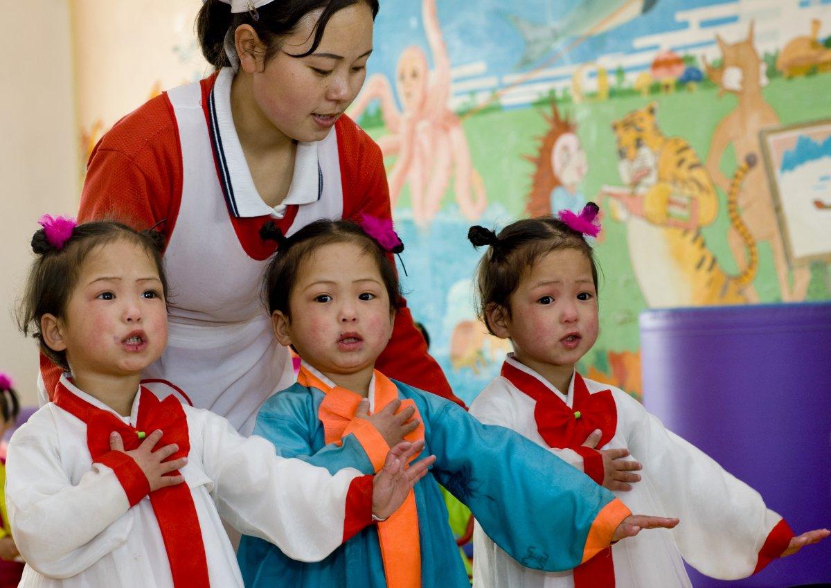 عکس کودکان سه قلو در کره شمالی