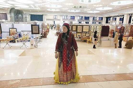 تصویر بیمهری نمایشگاه به هنرمندان صنایع دستی